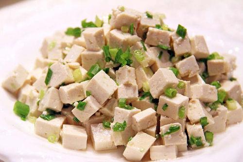Tofu marinado frío
